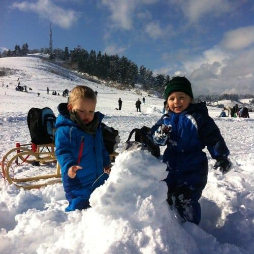 Igra na snegu ob vznožju sankališča na Skirci