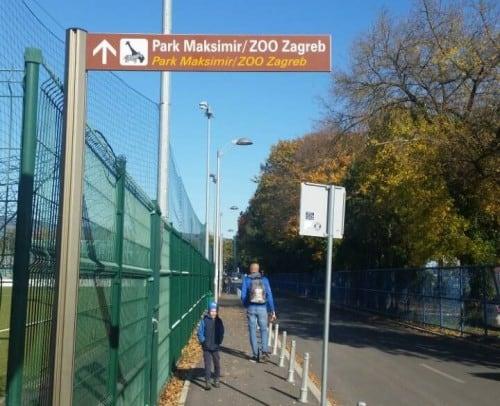 Od velikega parkirišča do ZOOja vas vodijo table ZOO Zagreb)