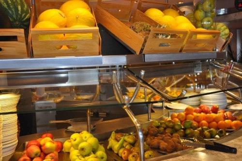 Bogata ponudba svežega sadja na ladji