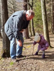Po poti je za mulce ogromno »igral« - lesena palčka, odpadlo listje in drevesne korenine so dovolj za zabavo.
