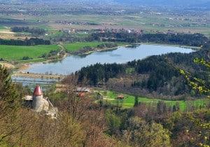 Razgled na grad in jezero Žovnek (slikano iz Črete, planote nad Žovnekom)