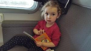 Manjše knjigice v mehki vezavi so dovolj lahke, da so lahko del otrokove osebne prtljage.