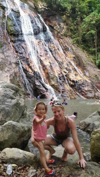 Ogledali smo si le nižjega 10-meterskega od dveh znanih slapov na otoku.