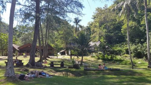 Sprošanje v senci otoka. V ozadju je viden manjši muzej parka.