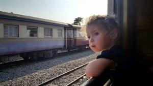 Stari vlak, ki vozi 3 ure od Bangkoka do Kanchanaburija ima lahko zaradi počasne vožnje, ves čas odprta okna.