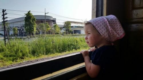 Preprosto uživamo v počasni vožnji z vlakom.