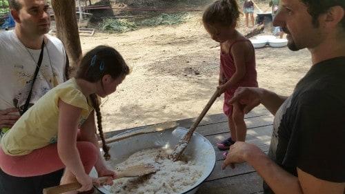 """Priprava hranilnih """"sticky rice"""" krogljic za slone ni bila enostavna, a za otroke zares zanimiva."""