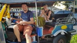 """Tuk-tuk. Z vozniki se je možno dogovoriti, da vas peljejo na vožnjo po več znamenitostih Tajske. Mi smo se odpeljali """"po poti Buddhe""""."""
