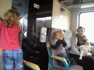 Če izberete sedeže med prvimi lahko sedite čisto pri strojevodji :)