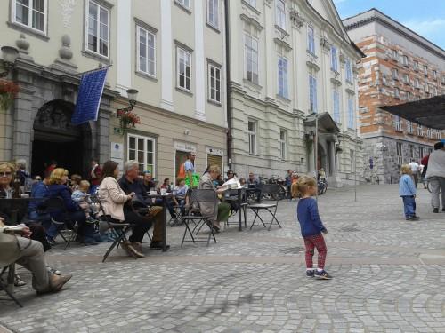 Na ploščadi pred lokalom se med vikendi odvijajo različni dogodki.