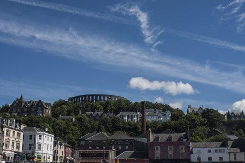 Pristaniško mestece Oban z areno in destilarno v ozadju, Škotska
