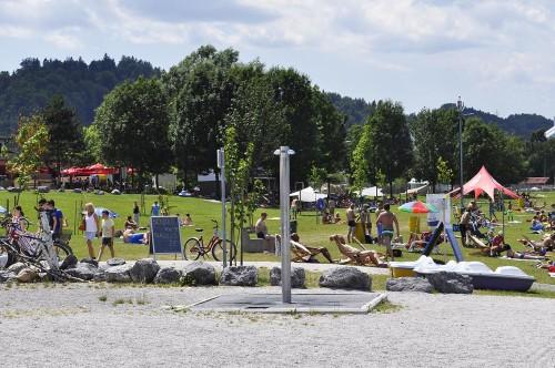 Večina obiskovalcev ima briače kar na mehkem travniku ob plaži. Na tem delu so senčniki priporočljivi.