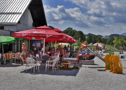 Lokal ob plaži, kjer poleg osvežilnih pijač in sladoleda, dobite tudi slatsne toaste.