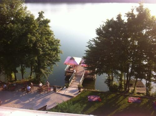 Pogled  na jezero in vso ponudbo iz vrha stopnic.