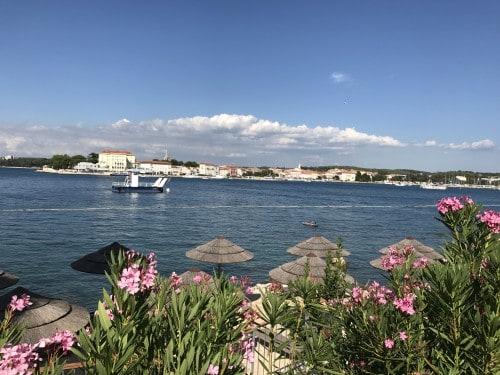 Skalnata plaža s Pogledom na Poreč (otok sv. Nikole)