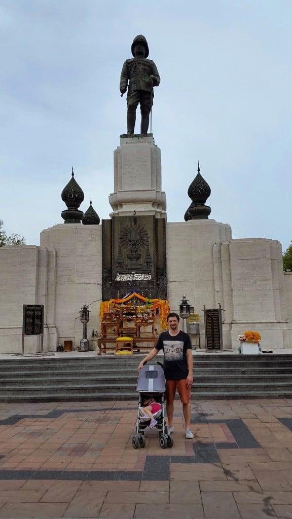 Glavni vhod v Lumpini park s kipcem kralja Rame (Bangkok, Tajska)