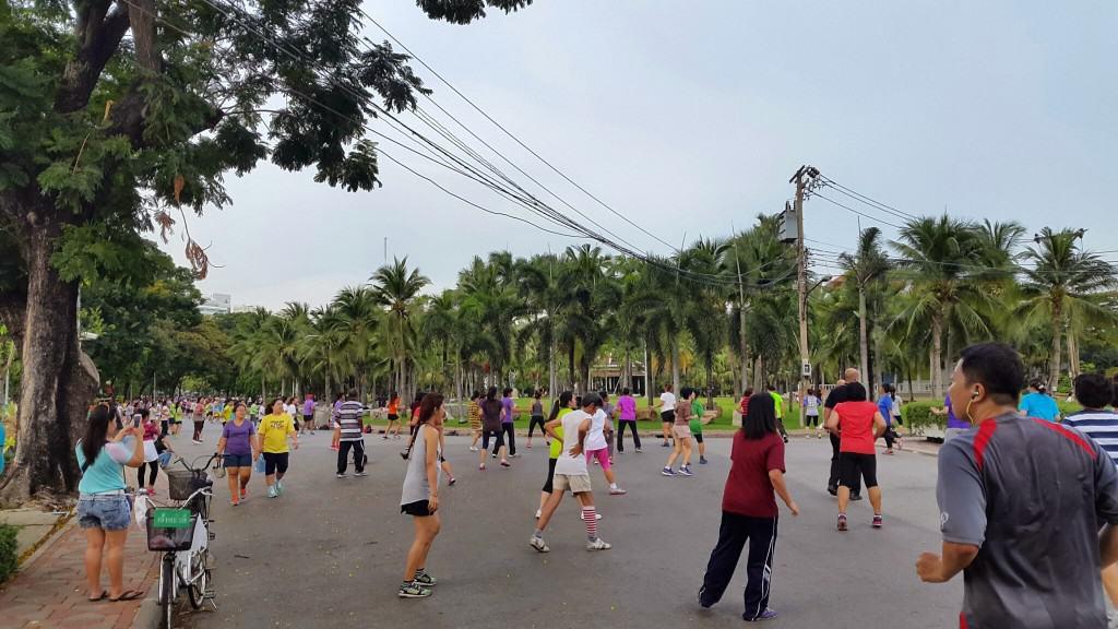 Popoldanska skupinska aerobika z dvema poskočnima trenerjema aerobike. Z manjšim plačilom se lahko pridruži kdorkoli (Bangkok, Tajska)