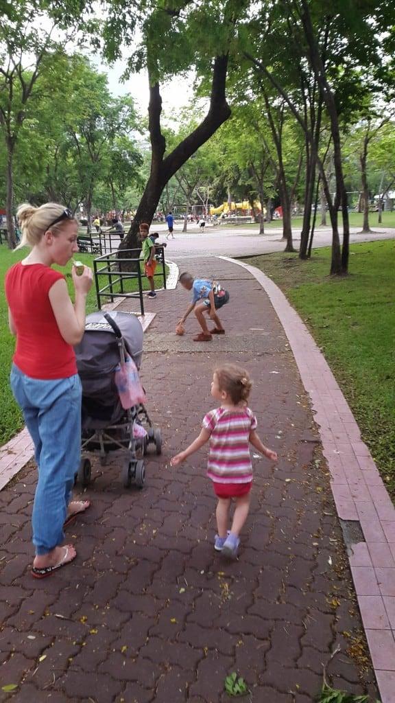 Sprehod po parku, na koncu pa otroško igrišče (Bangkok, Tajska)