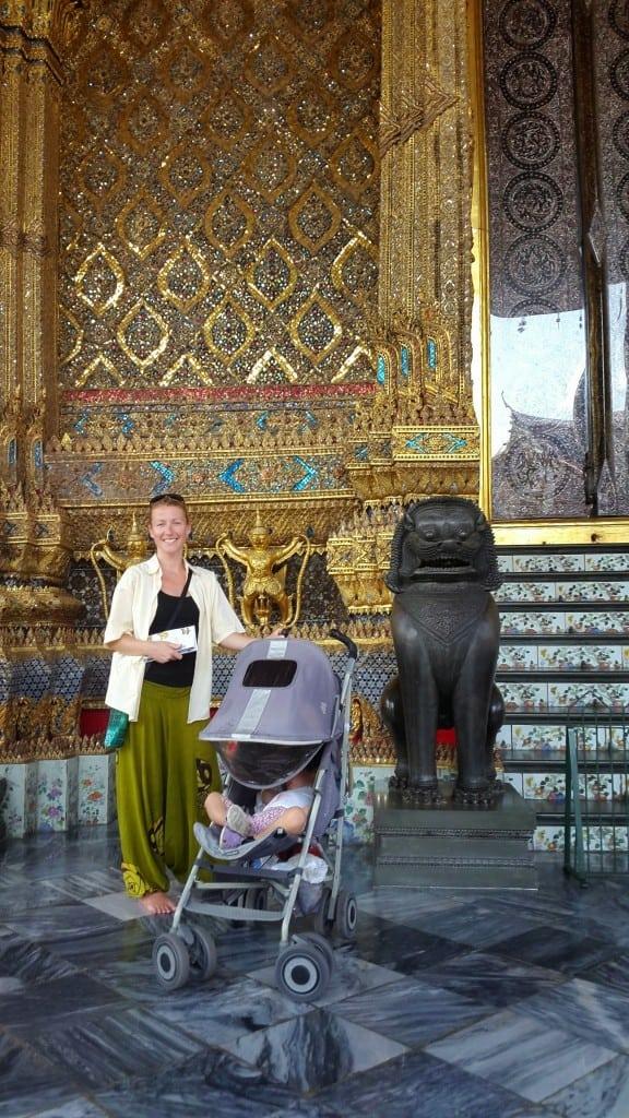 Ob templju Wat Pho z znamenitim Smaragnim Budo (fotografiranje notranjosti templja je prepovedano) (Bangkok, Tajska)