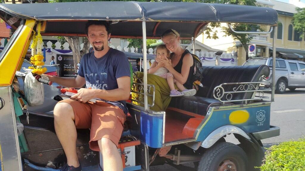 Cela družina v tuk-tuku, pred začetkom vožnje po poti Bude (Bangkok, Tajska)