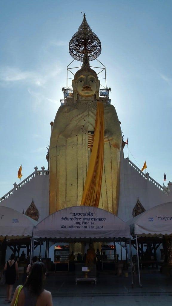 Pred 32 metrov visokim templjem stoječega Bude (Bangkok, Tajska)