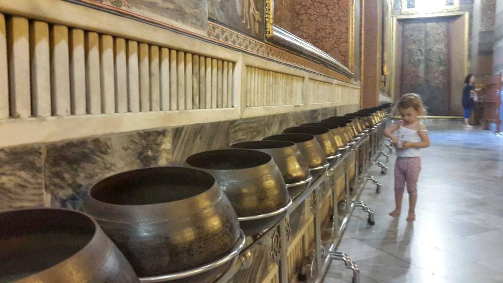 V vsako od 108 posodic se vrže kovanček, s čimer se daruje Budi in templju (Bangkok, Tajska)