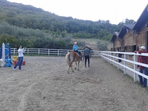 Prijazno osebje se je dovolilo malo pozabavati in zajahati konja v napačni smeri :) (Barberino di Muggelo, Toskana)