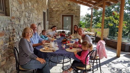 Prelepa jutra ob obilnem zajtrku na terasi (Barberino di Muggelo, Toskana)