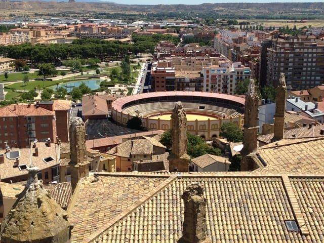 Pogled iz vrha katedrale Diocesano na mesto Huesco (Aragon, Španija)