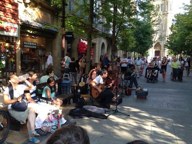 Ulični glasbeniki v središču mesta, San Sebastian, Španija