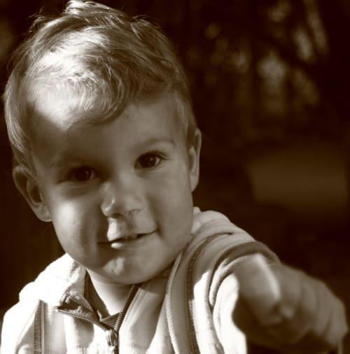 Smrkavi noski se lahko pri manjših otrocih hitro razvijejo v kaj resnejšega (vnetje ušesk, vročina ipd.)