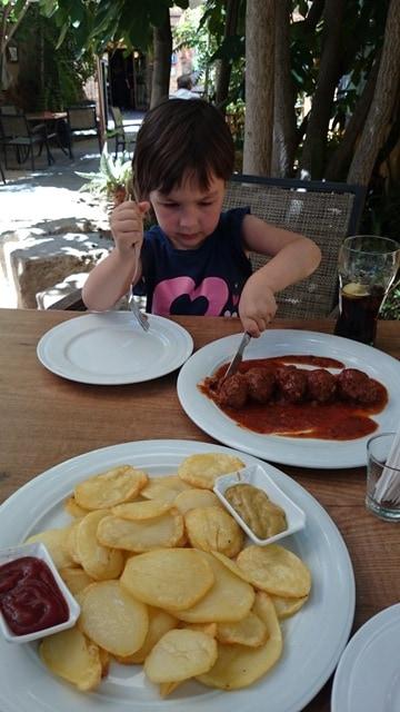 Špansko kosilo s tradicionalnimi mesnimi kroglicami, Huesco (Aragon, Španija)