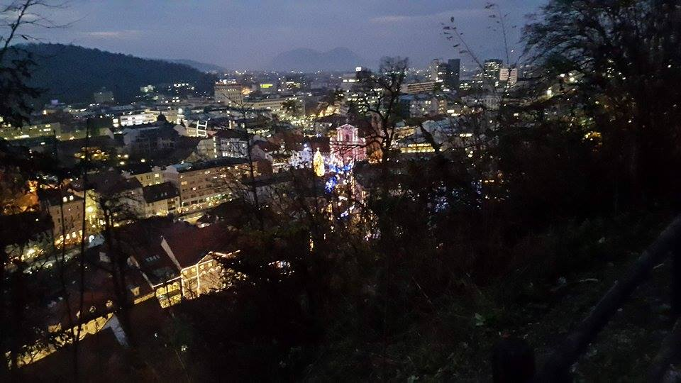Pogled na okrašeno Ljubljano z gradu