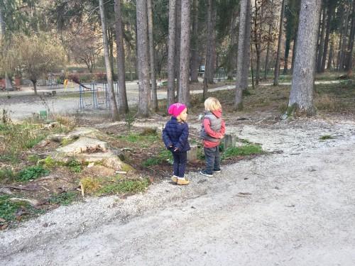Ob otroškem igrišču Mostec