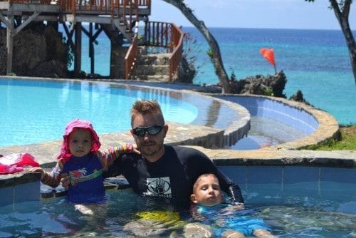 5. Sami v bazenu