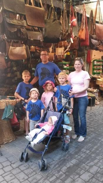 Pravila so še posebej pomembna v večjih družinah. 7-članka francoska družina v Marakešu