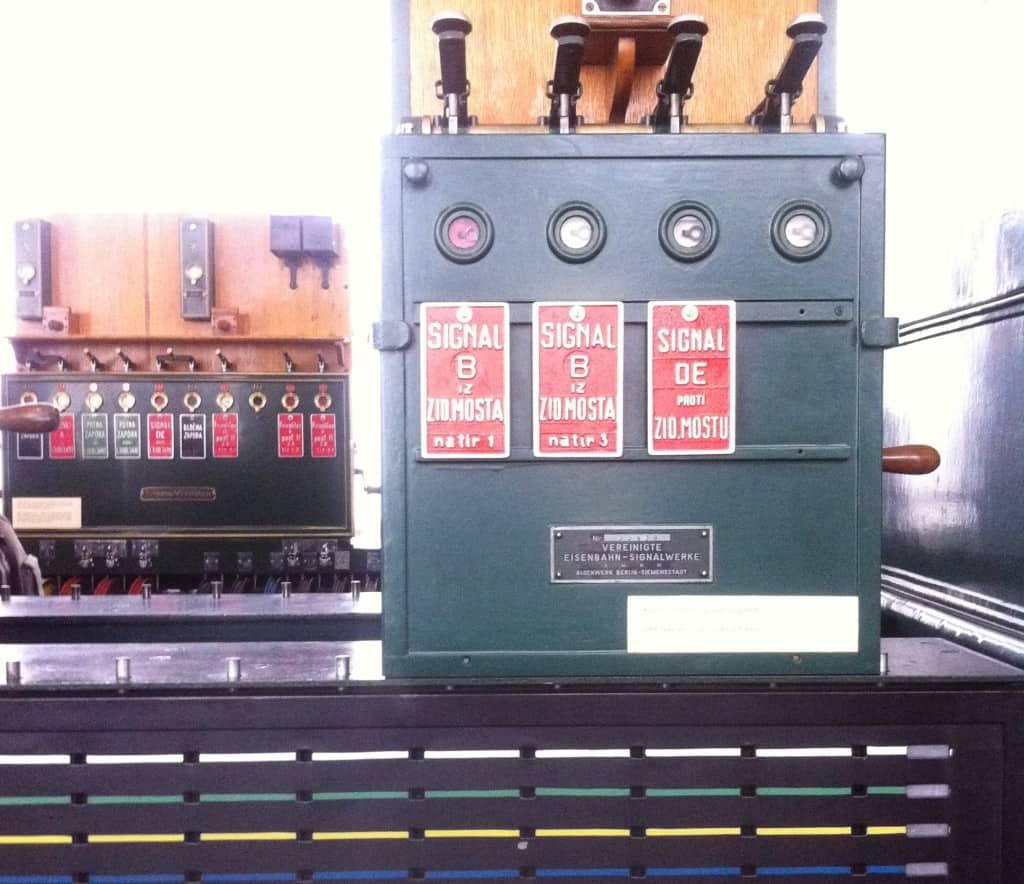 V stalni zbirki so telekomunikacijske naprave iz različnih časovnih obdobij (Železniški muzej)