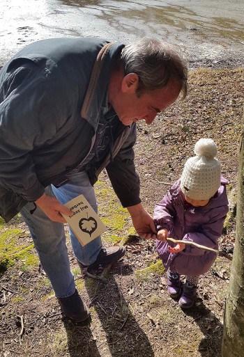 Na izlet ne pozabite vzeti knjižic s katerimi lahko otroci spoznavajo naravo ali si beležijo svoje prve pohodniške dosežke, Žolneško jezero