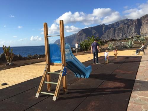 Preprosto igrišče v mestu Los gigantes (otok Tenerife, Kanarsko otočje, Španija)