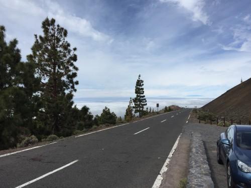 Otok Tenerife ima značilno mikroklimo - medtem ko je ob morju oblačno je na poti na najvišjo goro Španije sončno in toplo (Kanarsko otočje, Španija)