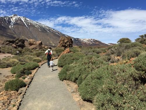 Na otoku je nekaj prečudovitih pohodniških točk, na katere se odpravi cela družina - v ozadju vrh gore El Teide (otok Tenerife, Kanarsko otočje, Španija)