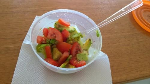 Solata iz paradižnika in kuhanega brokolija