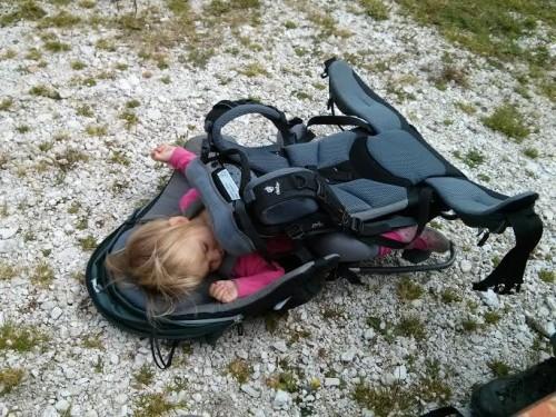 Otrok spi v Deuter nahrbtniku