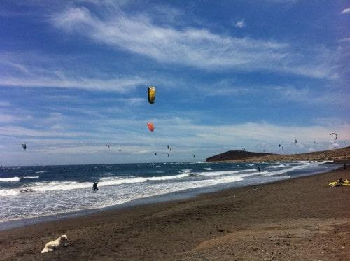 JV del otoka Teneife ima ugodne pogoje za vodne športne, za katere potrebuješ veter. Na sliki plaža v El Medanu (Kanarsko otočje, Španija)