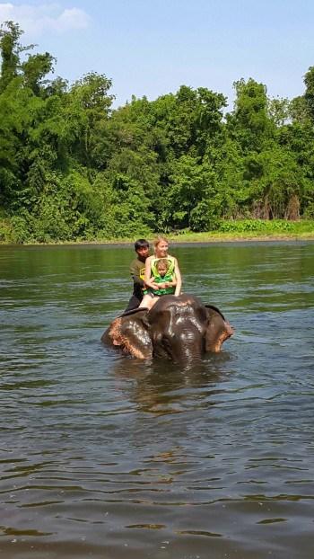 Na slonici, ki je vajena otrok, Kanchanaburi, Tajska