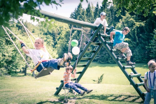 otroci na gugalnicah