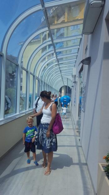 Hoteli so povezani s številnimi hodniki, ki nas zavarujejo pred zunanjo vročino, LifeClass, Portorož