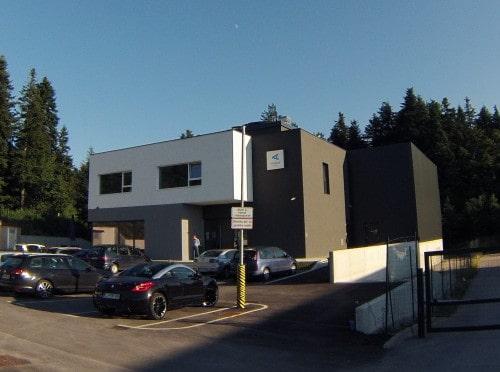 Vetrovnik se nahaja v moderni stavbi, v industrijski coni v Logatcu