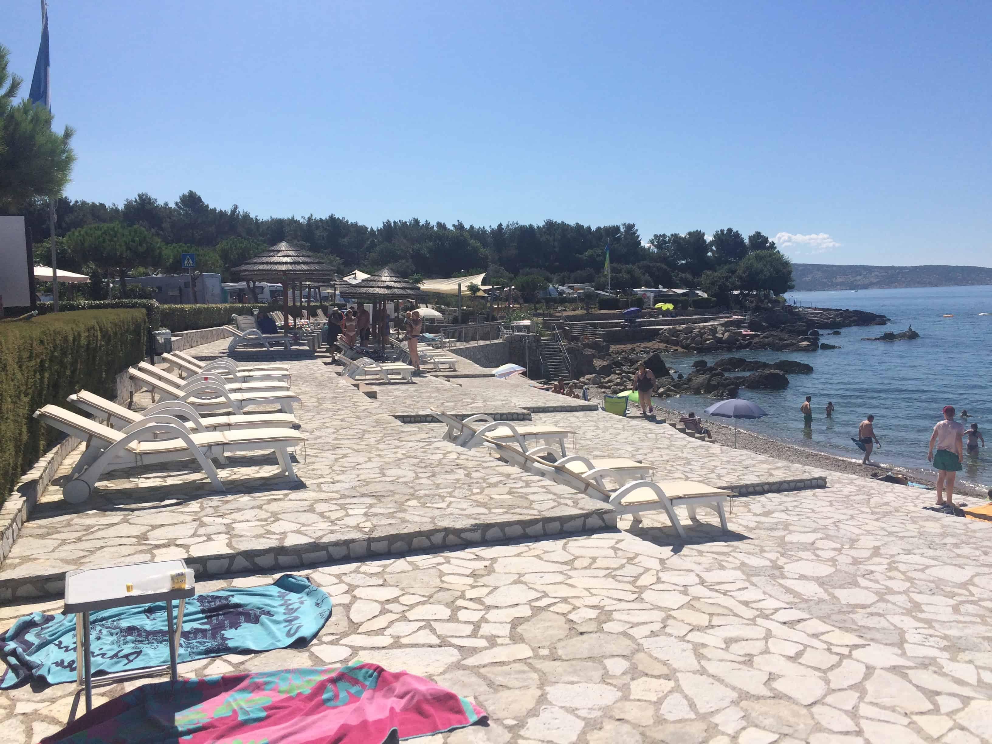 Udobne plaže z ležalniki, kjer odrasli upajo na počitek :) (Kamp Krk, Hrvaška)