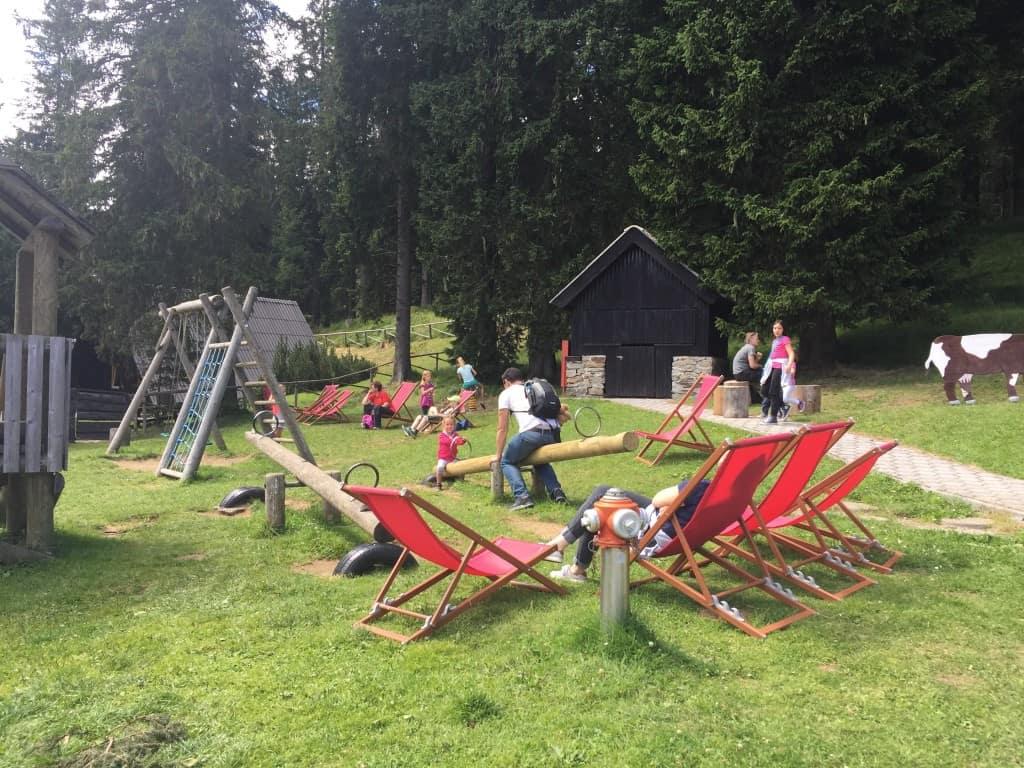 Ob koči je tudi otroško igrišče in za naše mulce še posebej zanimiva kravica, Pohorje